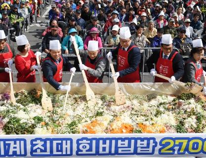 Busan Jagalchi Festival is full of various tastes and entertainment programs, offering the full experience